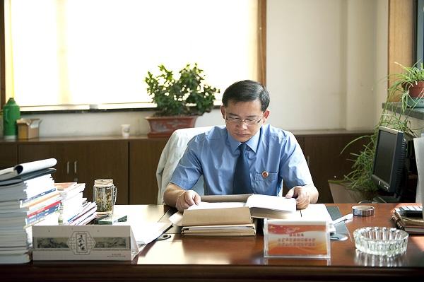 宁静致远,沉潜心志——省优秀侦查员杨伟国工作场景.jpg